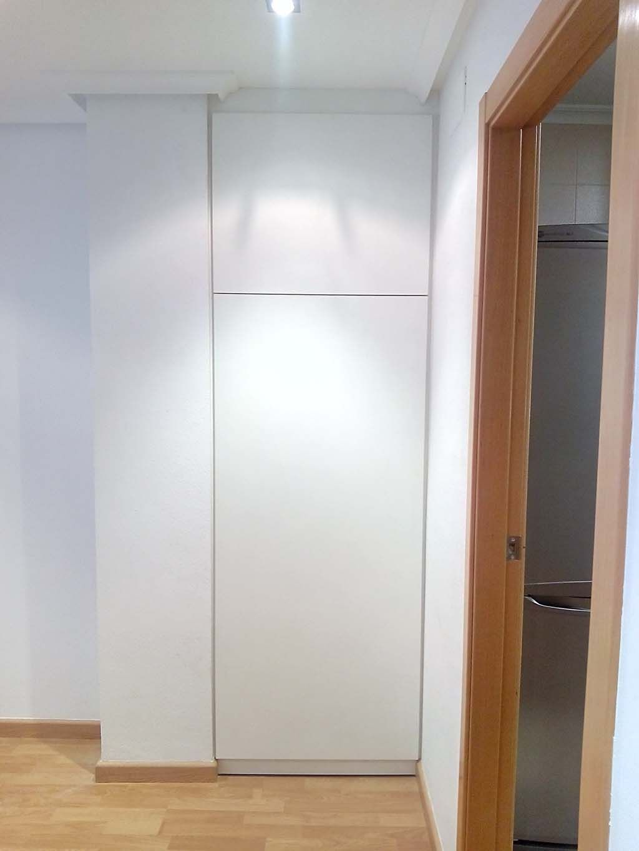 Armario empotrado de pasillo blanco - Puertas para armario empotrado ...