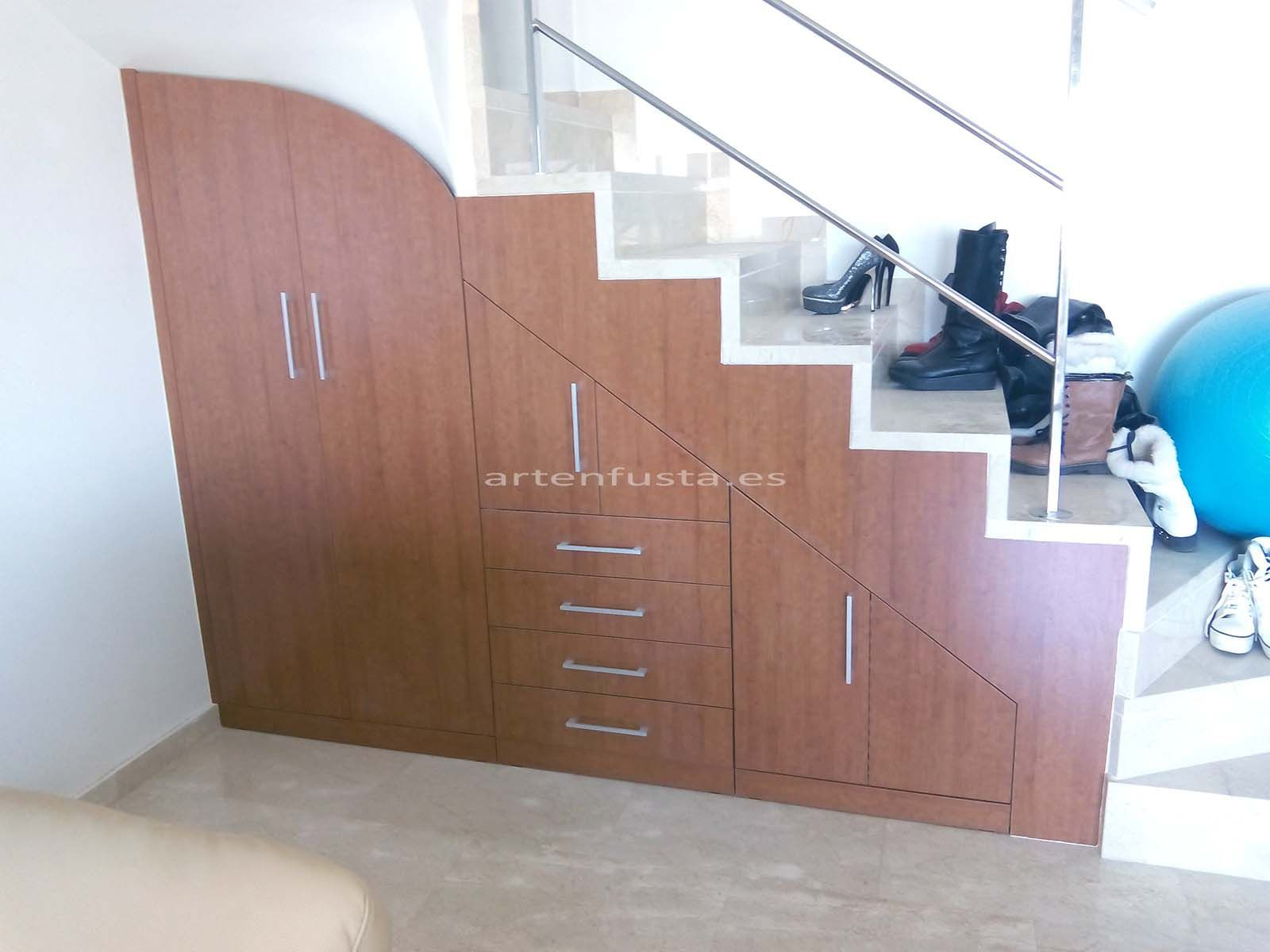 Mueble bajo de escalera a medida for Imagenes de banos debajo de escaleras